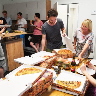 KGMF Crew beim Pizzaessen in der Firma