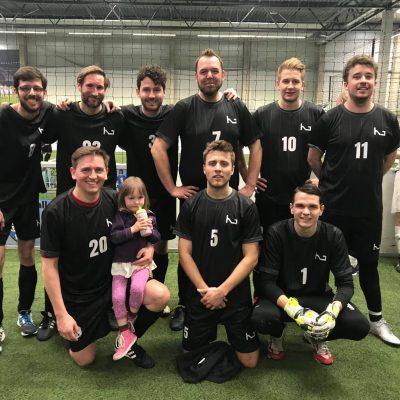 KGMF Crew Gruppenbild beim Fußballspielen