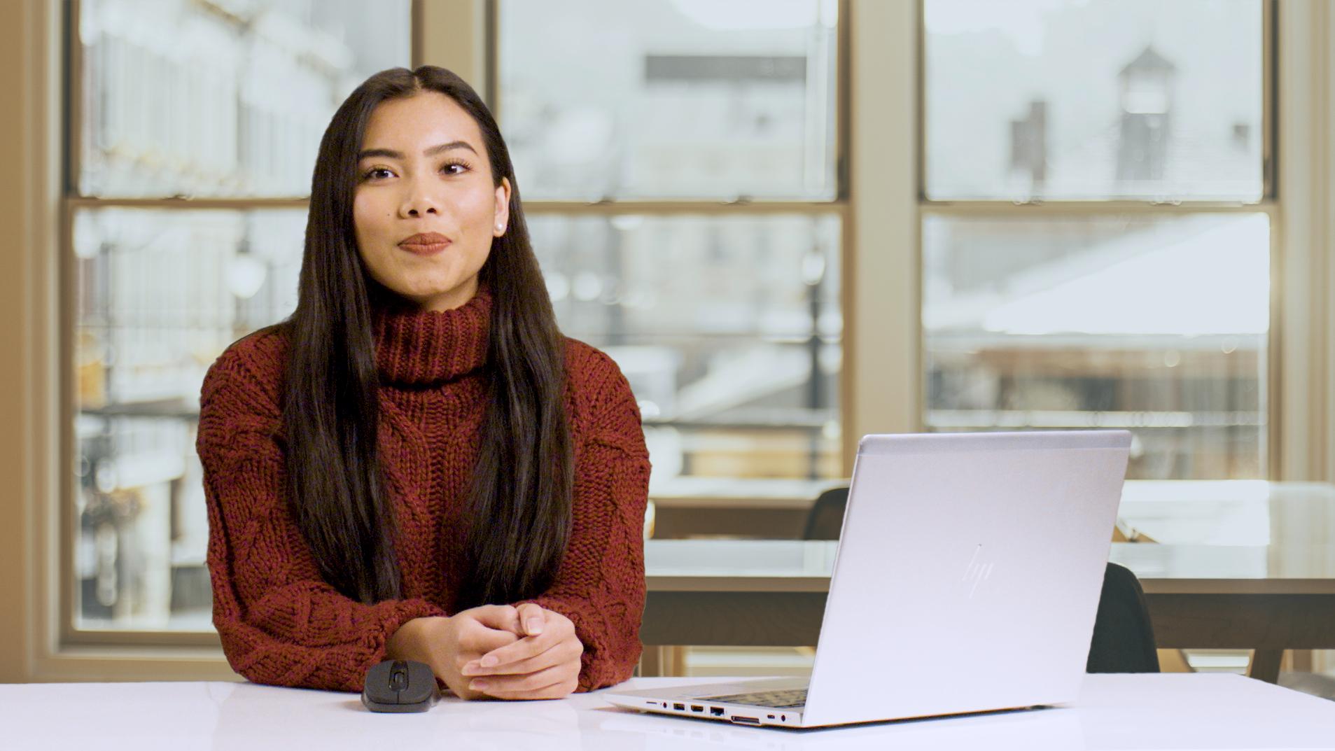 Webstudio: Frau am Tisch mit Laptop