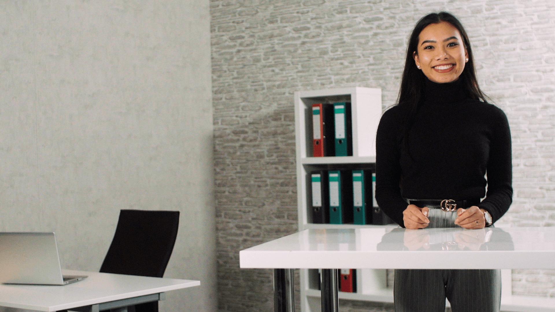 Webstudio: Frau mit Business Hintergrund